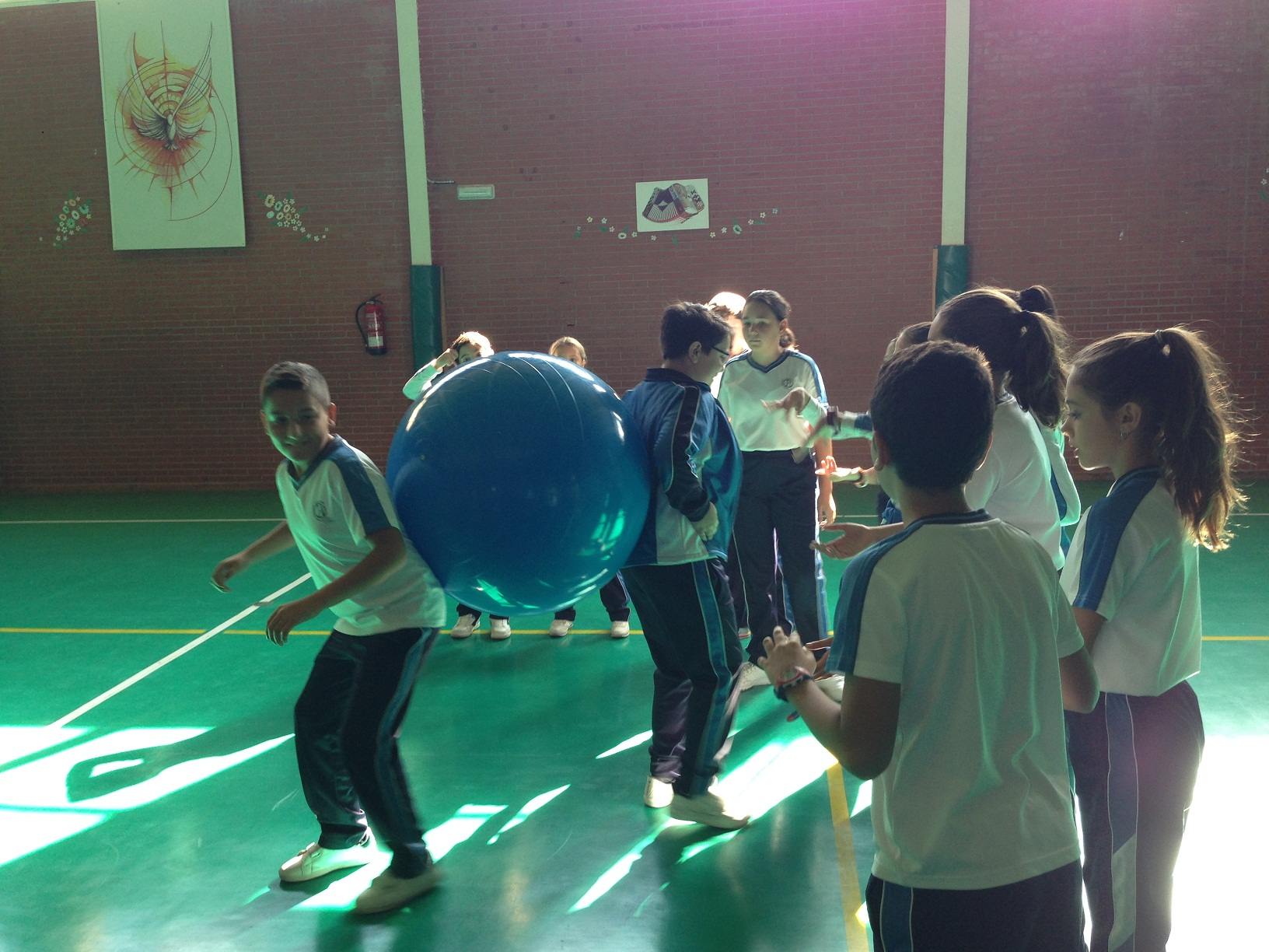 Juego con pelotas gigantes en Educación Física.